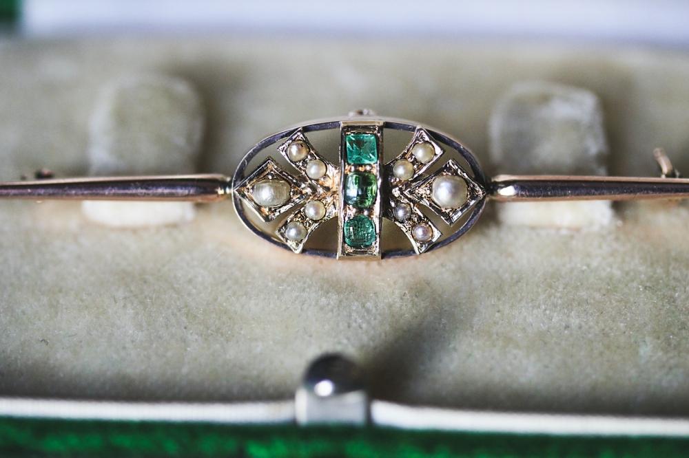 seed-pearl-emerald-brooch